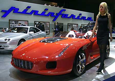 Geballte Schönheit: Ein Model präsentiert den neuen Ferrari 550 von Pininfarina