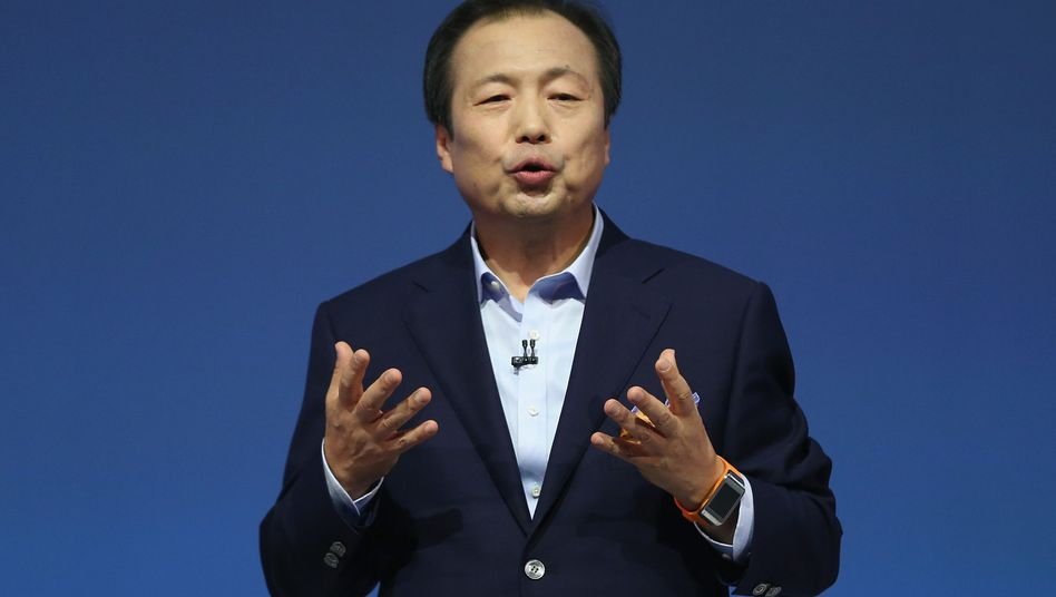 Darf bleiben: Samsungs Smartphone-Chef muss den Abschwung bremsen. Die Modellpalette soll um bis zu 30 Prozent ausgedünnt werden. Derzeit verkauft der Konzern über 50 verschiedene Geräte