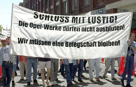Angst vor der Zerschlagung: Opel-Mitarbeiter demonstrieren am Dienstag vor dem Hauptportal des Automobilherstellers