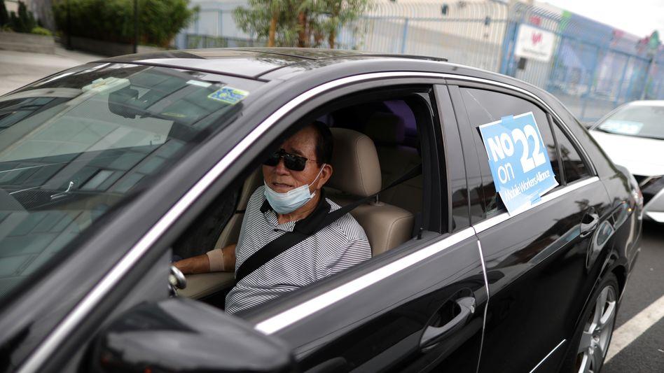 "Uber-Fahrer bei Protest gegen ""Proposition 22"" in Los Angeles im August"