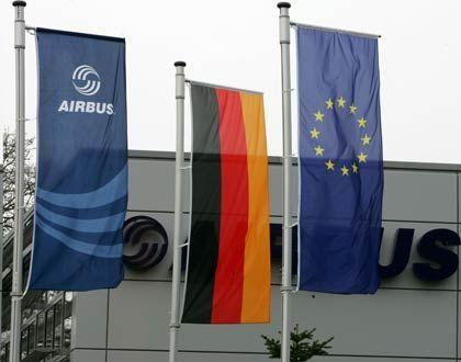 Geplantes Investorentreffen: Die Fahnen von Airbus, Deutschland und der EU am Eingang des Airbuswerks Varel