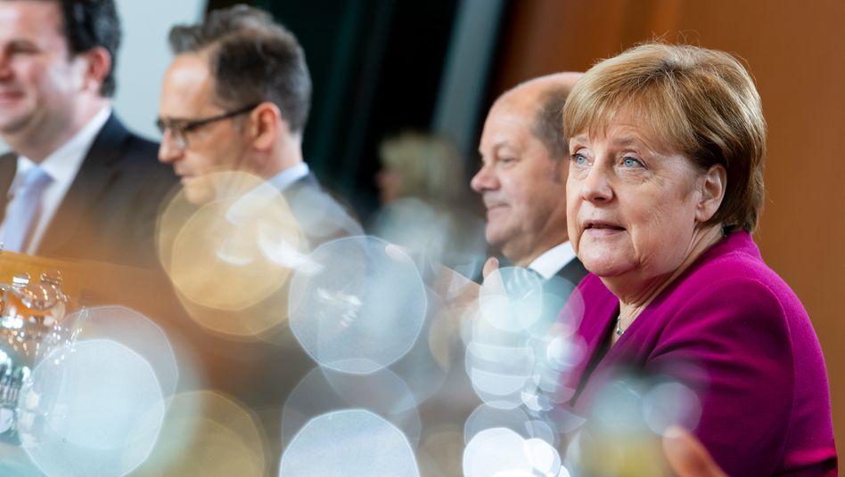 Bundeskanzlerin Angela Merkel (CDU), Bundesfinanzminister Olaf Scholz (SPD, 2. v.r.), Bundesaußenminister Heiko Maas (SPD, 2.v.l.), und Hubertus Heil (SPD, ganz links), Bundesminister für Arbeit und Soziales: Die Bundesregierung will auf der morgigen Videokonferenz der Euro-Finanzminister ein Drei-Stufen-Modell vorschlagen