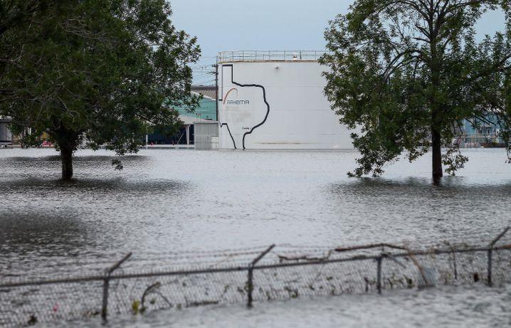 Wassermassen umgeben die Fabrik des Petrochemie-Konzerns Arkema in Crosby nahe der texanischen Hauptstadt Houston (USA) .