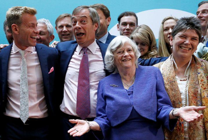 Pöbeleien statt Politik: Brexit-Party-Chefpopulist Nigel Farage mit Parteikollegen nach der Wahl vom Mai 2019