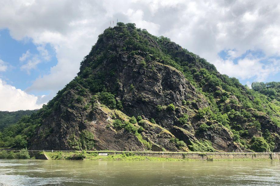 Spektakulärer Anblick: Am 132 Meter hohen Loreley-Felsen ist der Rhein schmaler und tiefer als andernorts