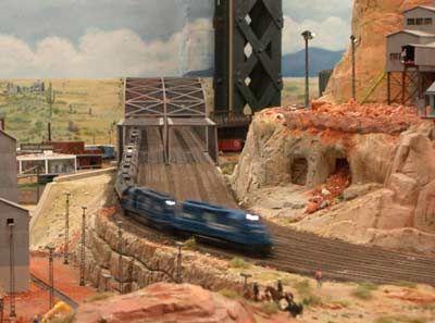 Strebsam: Die schwarze Strebe im Hintergrund gehört nicht zum Modell. Sie trägt das Dach des Hauses, in dem das Wunderland untergebracht ist