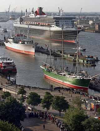 """""""Queen Mary 2"""" im Hamburger Hafen: Die Hansestadt ist neben Rotterdam der einzige Hafen des europäischen Festlands, der von dem Luxusliner dieses Jahr angelaufen wird"""