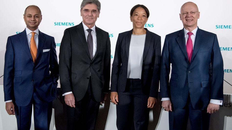 Siemens-Vorstände vor der Hauptversammlung in München: Konzernchef Kaeser (2. v. l.) und seine Kollegen bekamen viel Gegenwind für ihre Pläne mit der Kraftwerkssparte .