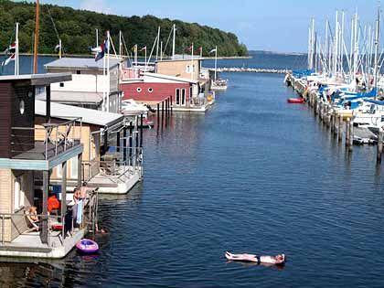 Wohnen im Hafen: Boote sind nicht weit entfernt vom Ferienhaus