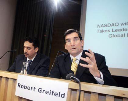 Kalt erwischt: Borse-Dubai-Chairman Kazim und Nasdaq-CEO Greifeld auf ihrer Pressekonferenz