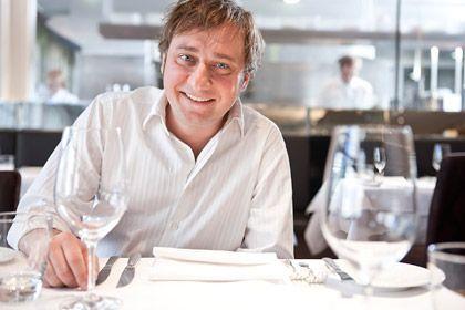 Stevan Paul: Der 1969 geborene Koch, Foodstylist und Autor lernte unter Albert Bouley im Restaurant Waldhorn und hat in vielen Jahren Hochküche tiefe Einblicke in das Denken von Küchenchefs und Gästen gewonnen
