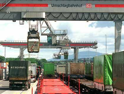 Güterumschlag: Exporte steigen, Importe steigen doppelt so stark