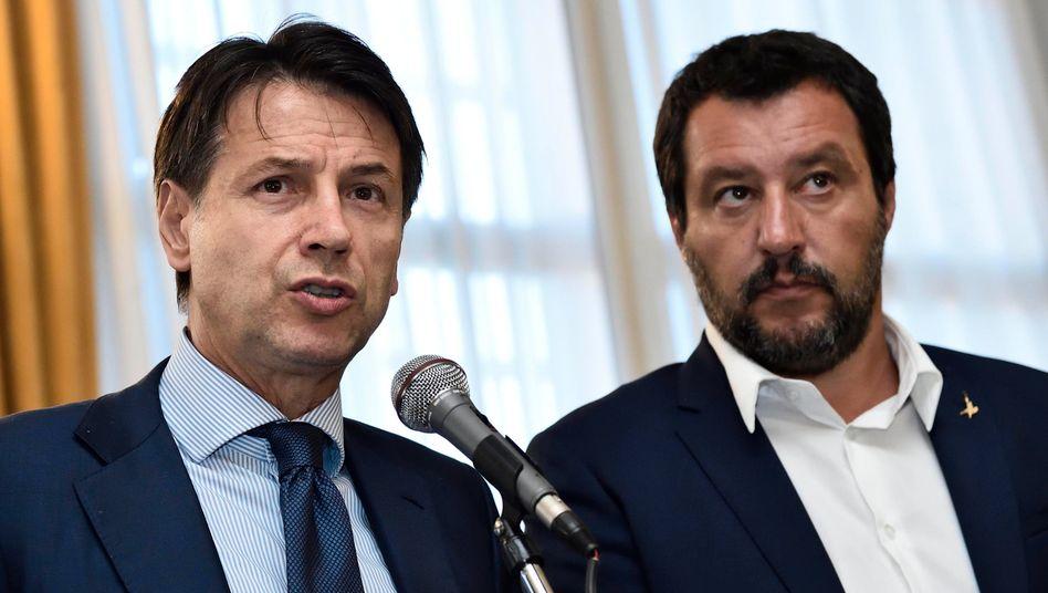 """Conte (links), Salvini: Salvini """"stellt Parteiinteressen über die Interessen des Landes"""""""