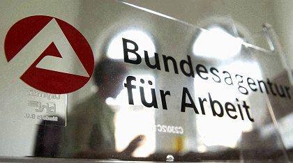 Endstation Arbeitsagentur: Die Schätzungen über das Ausmaß der Arbeitslosigkeit in Deutschland im laufenden Jahr werden sukzessive nach oben korrigiert.