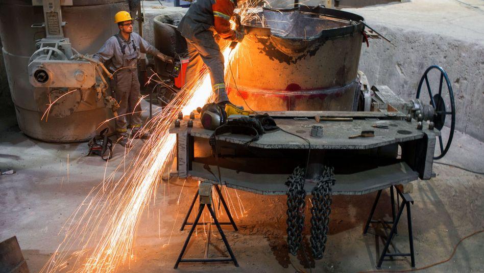 Mitarbeiter arbeiten in einer Gießerei: Mittelständler in der Krise