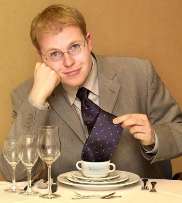 Alter Knigge, neuer Knigge: Die Etiketteregeln werden zwar regelmäßig erneuert. Aber auf keinen Fall gehört die Krawatte beim Essen über die Schulter.