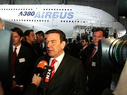 """""""Fair und selbstbewusst"""": Kanzler Schröder rief die EU-Kommission auf, in den kommenden Verhandlungen mit den USA über Subventionen für den Flugzeugbau die europäische Flagge hochzuhalten"""