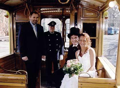 Auf Schienen in den Ehestand: Bei der Trauung in einer historischen Straßenbahn in Kassel kann auch der Schaffner als Trauzeuge dienen
