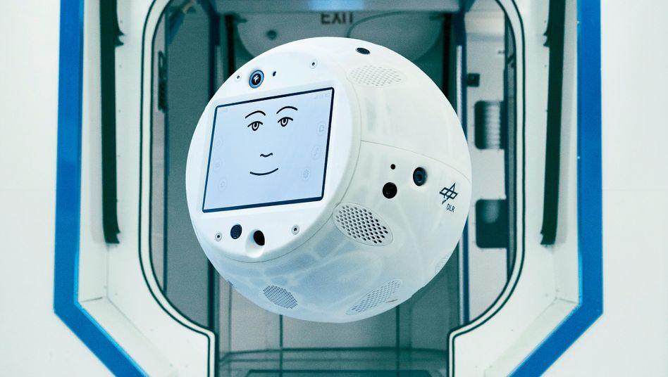 """Der italienische Fotograf Mattia Balsamini begleitete 2017/18 die Vorbereitung der Mission """"Horizons"""" zur Internationalen Raumstation ISS. Dieses Bild zeigt den """"Crew Interactive Mobile Companion"""" CIMON, mit dem die Kooperation von Menschen und intelligenten Maschinen an der ISS erforschen wird."""