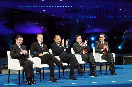 Applaus für den Super-Jumbo: Airbus-Chef Noel Forgeard, der britische Premierminister Tony Blair, Frankreichs Präsident Jacques Chirac, Bundeskanzler Gerhard Schröder, und der spanische Premier Jose Luis Zapatero nach der Enthüllung des neuen Doppeldecker-Flugzeugs