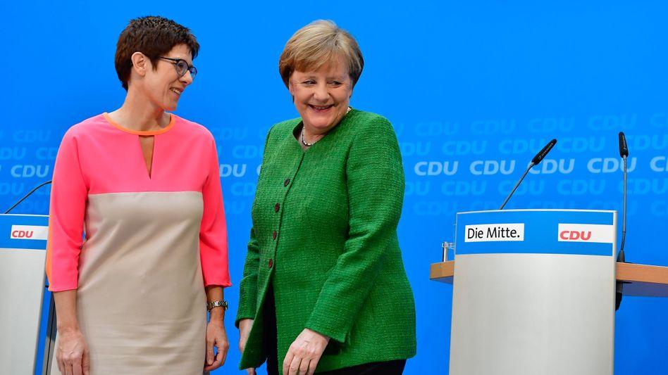 Angela Merkel und die designierte CDU-Generalsekretärin Annegret Kramp-Karrenbauer. Die Saarländerin gilt als enge Vertraute Merkels und wird schon als ihre mögliche Nachfolgerin gehandelt