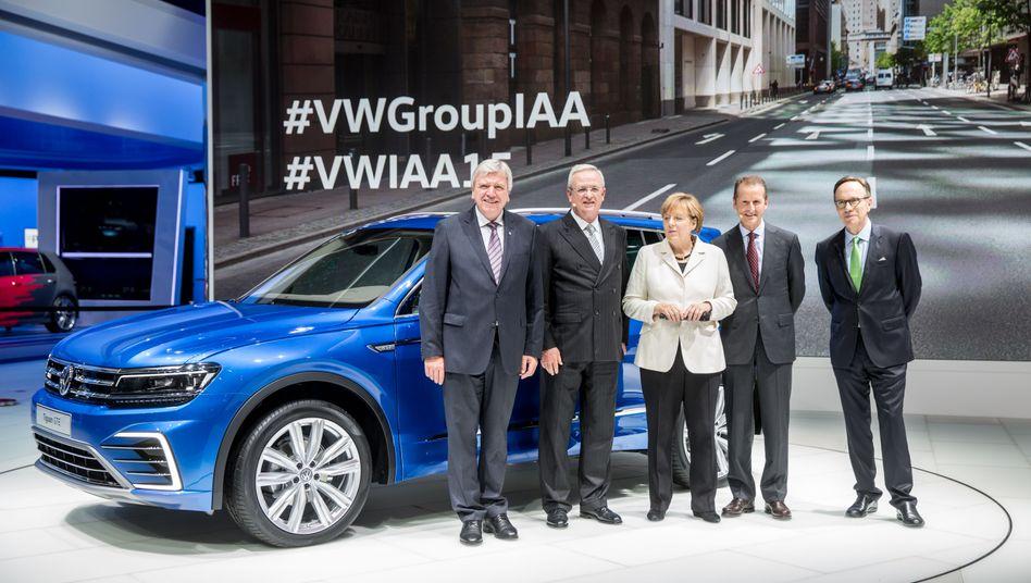 Kurz vor dem Sturm: Der damalige VW-Chef Winterkorn (2.v.l.) und Markenchef Diess (2.v.r.) auf der IAA am 17. September 2015.