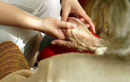Pflege kostet Geld: Immer mehr Menschen brauchen Pflege im Alter. Die gesetzliche Pflegeversicherung soll nun durch eine verpflichtende, private Zusatzversicherung ergänzt werden