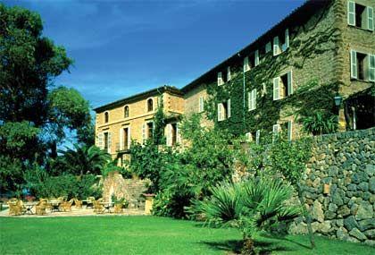 Berg-Idyll: In einer ehemaligen Ölmühle im mallorquinischen Deià betreibt der Brite Sir Richard Branson ein luxuriöses Hotel-Resort