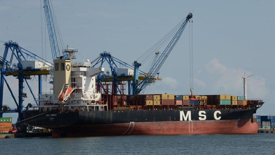 Ghana, Accra: Ein Schiff mit Containern an Bord liegt im Hafen Tema in der Nähe von Accra (Archivbild)