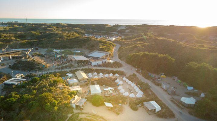 Mitten in den Dünen: Surfana-Surfcamp Bloemendaal in den Niederlanden