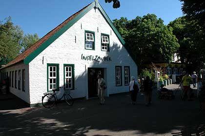 """Lobende Worte finden aber alle für den """"Inselzauber"""", einem Geschäftshaus mit Buchladen, Modegeschäft und Restaurant. Stolberg ließ das alte Gebäude im Dorfkern mit Millionenaufwand nach historischem Vorbild renovieren."""