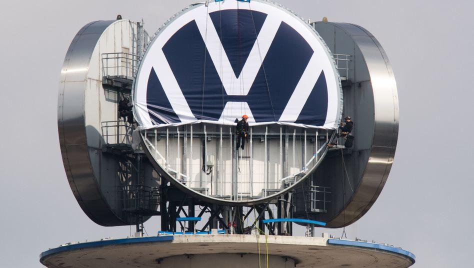 Auch Volkswagen - hier der Austausch des Logos auf dem VW-Tower in Hannover - hat im August deutlich weniger Autos abgesetzt