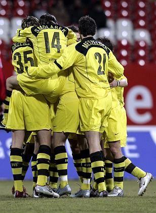 Jubelnde BVB-Spieler: Die Insolvenz des angeschlagenen Fußballclubs ist vorerst abgewendet