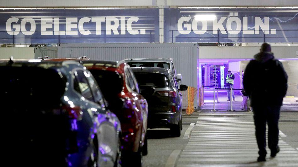 Perspektive: Ford-Arbeiter auf dem Gelände des Kölner Werks am Mittwoch