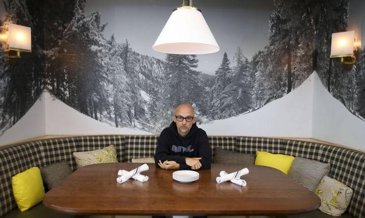 """Sehr fröhlich sieht er ja nicht aus - dafür ist das Essen aber sehr gesund: DJ Moby im """"Little Pine"""""""