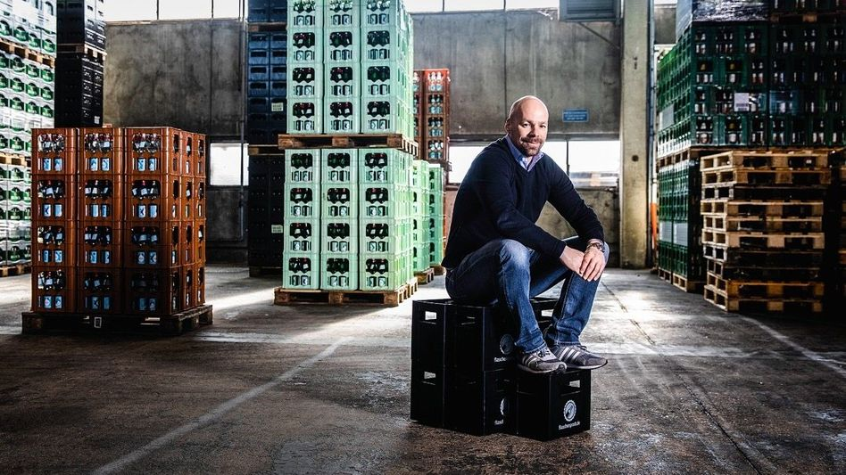 Mehrweg gewinnt: Flaschenpost-Gründer Dieter Büchl mit seiner Geheimwaffe – Pfandflaschen
