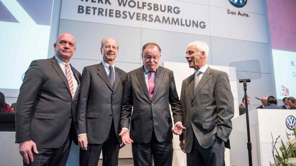 """VW Führung (v.r. Müller, Weil, Pötsch, Osterloh): Der Aufsichtsrat hat die Vorstandsbezüge """"nicht wirklich reduziert, sondern vermutlich sogar erhöht"""", so der Vorwurf von Christian Strenger. Der Ökonom hat Anträge gestellt, Vorstand und Aufsichtsrat die Entlastung zu verweigern"""