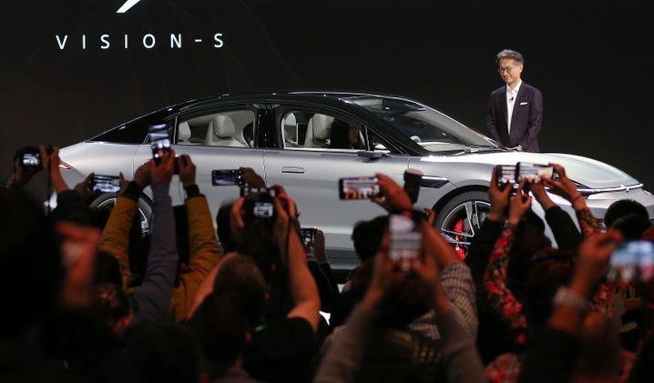 """""""Unser Beitrag zur Zukunft der Mobilität"""" - Sony-Chef Kenichiro Yoshida zeigt das Vision-S-Konzeptauto auf der CES."""