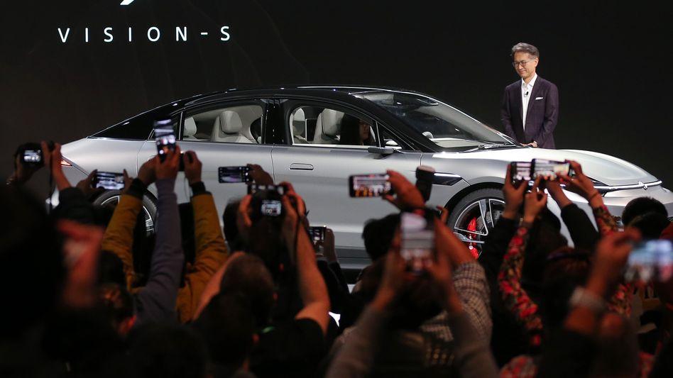 Sony-Chef Kenichiro Yoshida zeigt das Vision-S-Konzeptauto seines Unternehmens auf der CES in Las Vegas