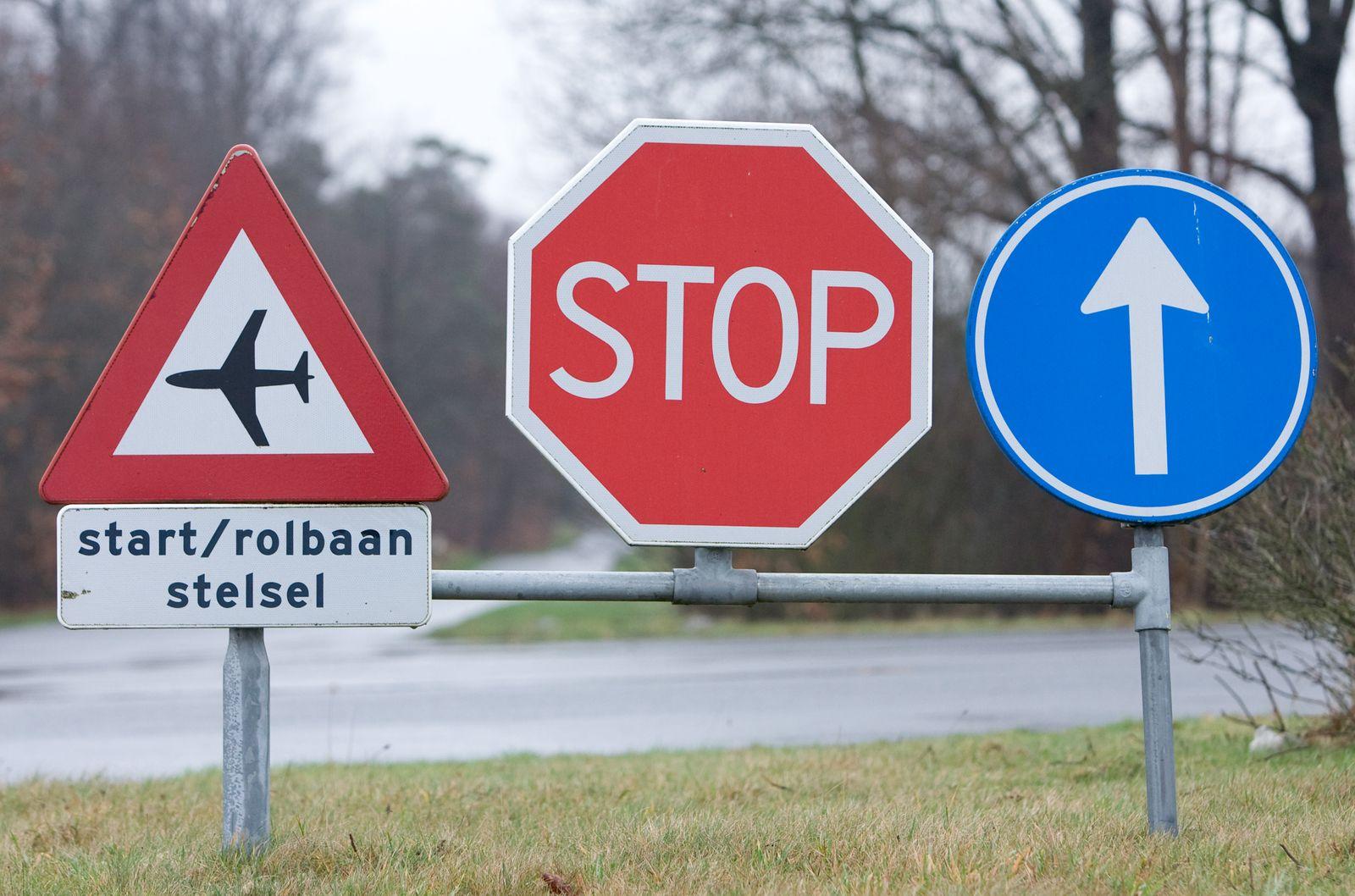 Stopschild / Schild mit Pfeil