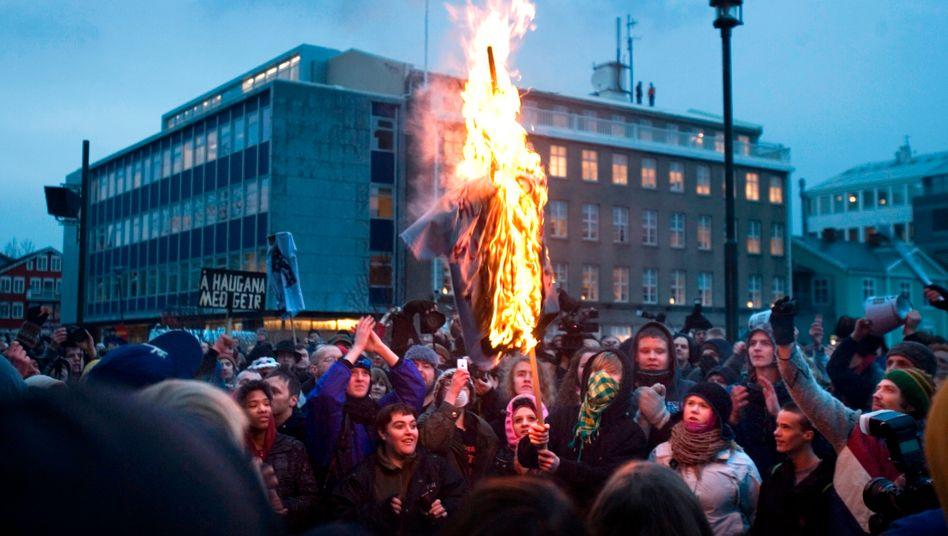 Demo in Reykjavik: Zwar ging es bei diesen Protesten nicht um Kirchensteuer, sondern dem Umgang der Politik mit der Finanzkrise. Was die Form ihres Widerstands angeht, sind die Isländer aber immer noch sehr kreativ