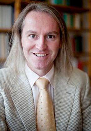 Nachdenklich: Hofweber arbeitet als akademischer Rat für Philosophie am Lehrstuhl für Philosophie mit dem Schwerpunkt Ethik an der Universität Augsburg. Zudem ist er Gründer des Dr.-Hofweber-Instituts. Er studierte Philosophie, Germanistik, Logik und Wissenschaftstheorie.