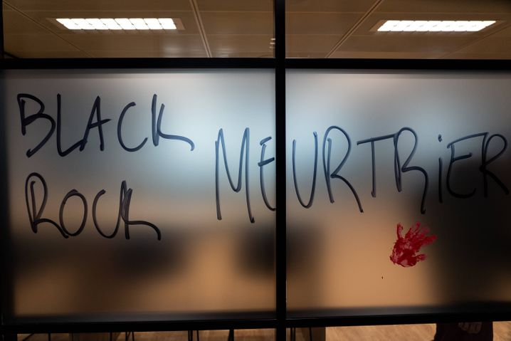 """""""Blackrock Mörder"""", lautet die Botschaft in den Pariser Büros des Geldriesen."""