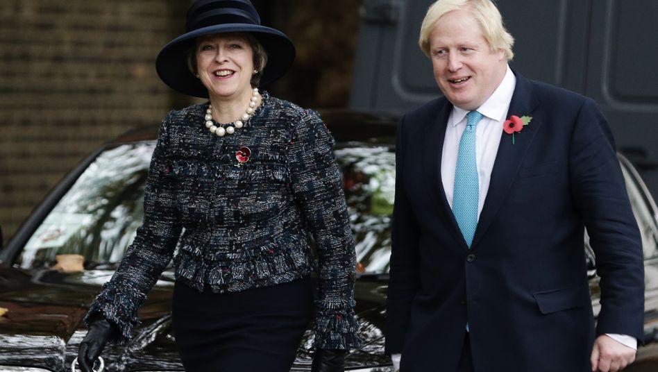 """Premierministerin Theresa May, Boris Johnson (November 2016): Johnson, einer der Köpfe der """"Leave-""""Kampagne und möglicher künftiger konservativer Ministerpräsident, geißelte 2016 das """"unmoralische, teure und unkontrollierte System"""" der EU-Freizügigkeit. Er versprach als Brexit-Befürworter ebenso wie May weniger Zuwanderung. Tatsächlich ist diese in etwa gleich hoch geblieben, nur kommen die Menschen jetzt mehr aus ferneren Ländern."""
