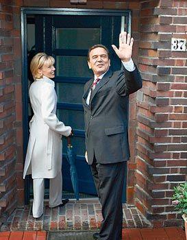 Heim allein, zum Glücklichsein: Die Schröders auf dem Weg in den Heimaturlaub