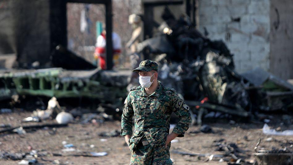 Soldat an der Absturzstelle der ukrainischen Passagiermaschine nahe Teheran