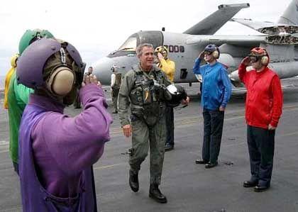 Forsch: Bush im Pilotendress