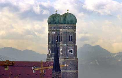 München: Die Spitzenverdienerstadt Die Bayern-Hauptstadt und ihr Umland bilden den Ballungsraum mit den höchsten Einkommen. Fast 29 Prozent der Beschäftigten haben einen Hochschulabschluss, damit ist die Akademikerdichte höher als in den übrigen westdeutschen Topmetropolen; nur Berlin schneidet in dieser Kategorie noch besser ab.