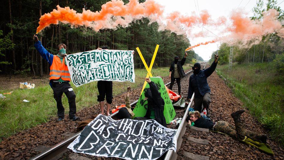 """Aktivisten des Protestbündnisses """"Ende Gelände"""" bei einer früheren Blockade"""