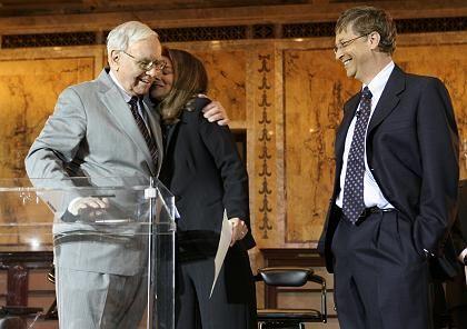 Geld für die Gates-Stiftung: Melinda dankt Warren Buffett (l.) für dessen Spende, die das Kapital der Gates-Stiftung auf rund 60 Milliarden Dollar verdoppelt
